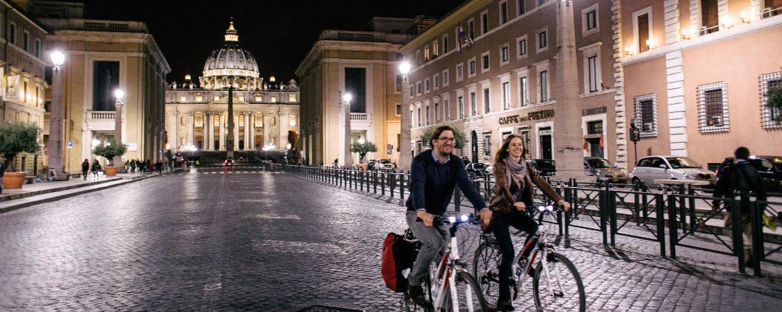 Ein Pärchen auf dem Petersplatz bei Nacht