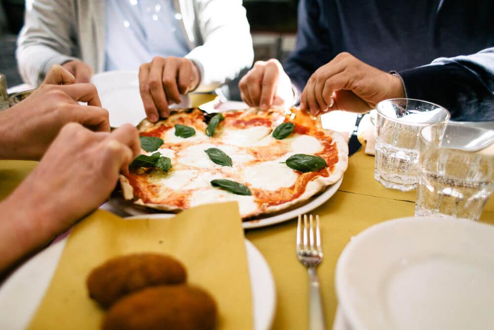 Partage d'une pizza Margherita