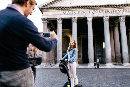 Ein Pärchen macht Fotos vor dem Pantheon