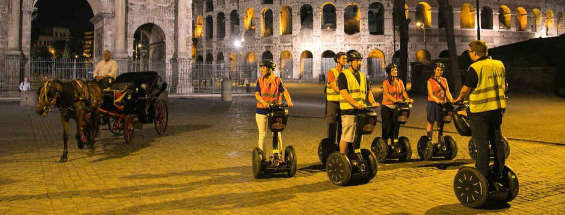 Die Rom bei Nacht Segway Tour stoppt am Kolosseum. Die Gäste bewundern den Konstantinbogen.