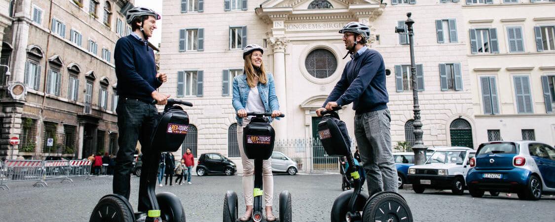 Trois amis rigolent bien sur leurs Segway sur la Place Farnese