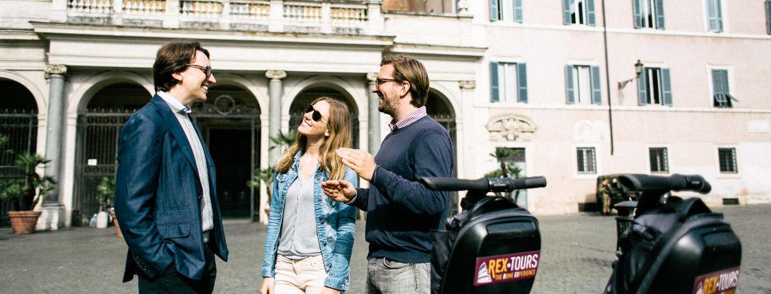 Die Gruppe der Rom Trastevere Tour lauscht den Ausführungen des Guides vor der Kirche Santa Maria in Trastevere.