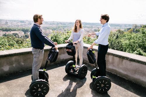 Drei Freunde genießen die Trastevere Segway Tour und den Ausblick über Rom