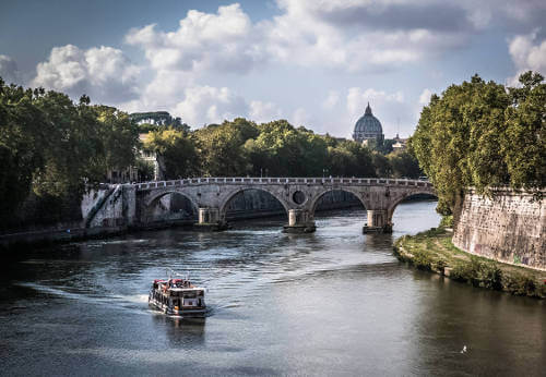 The Ponte Sisto Brigde connects the disctrict of Trastevere with the Historic Center of Rome