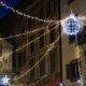 Weihnachtsbeleuchtung in Rom in einer belebten Straße