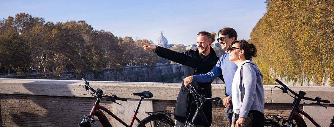 Pärchen mit Reiseführer auf der Ponte Sisto
